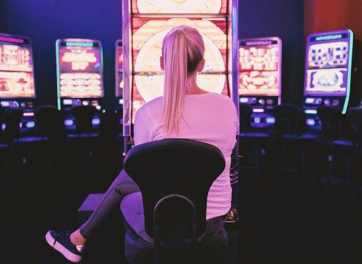 Kasinospel – en lättillgänglig underhållning Det var inte många år sedan det endast fanns fysiska kasinon i Sverige. Mycket har förändrats de senaste åren och idag är kasinospel med tillgängligt än någonsin. Det har lätt till att konkurrensen och spelarna har hårdnat. Detta är något många kan dra nytta av. För inte speciellt länge sedan var man tvungen att bege sig till ett av de fyra statliga kasinon som fanns utspridda i landet. Nu är det bara tre kvar men tanken är den samma. Att kasinospel ska spelas på just de här platserna. Dessa skapades 1999 efter det att kasinosidor på nätet hade dykt upp. Det var inte lagligt att spela online i Sverige på den tiden, men det gick att gå runt. Mycket har förändrats sedans dess och idag är de statliga kasinona inte så populära som de en gång var. Att spela online är nu fullt lagligt och något som många gör. Det är många som väljer att lägga en liten stund när de har lite tid över på att spela sitt favoritspel. Att spela casino på nett är inget konstigt idag. Det finns många sidor och konkurrensen om spelarna är hårdare än någonsin. Det är inte lika lätt att vara ett spelbolag idag som det var för tio år sedan. Man måste kunna erbjuda något som lockar kunderna och som är bättre än de andra casinoer som finns. Precis som på andra marknader behöver man stå ut från mängden för att synas. När snabbmatskedjorna erbjuder nya hamburgare och kreativa sätt att servera pommes frites på, så erbjuder kasinosidorna nya spännande spel vid sidan om sina populära klassiker. Det finns fördelar för konsumenterna Som konsument är det en otroligt stor bransch att hålla koll på. Det finns en mängd olika sidor och att hitta rätt kan vara svårt. Det finns en del sidor som sorterar och graderar dessa spelsidor så det blir lättare att få en bra överblick. Det som är viktigast för många kunder är egentligen fyra saker. Först och främst vilka spel som erbjuds. Här får man titta på vilket utbud de olika sidorna har. Om man föredrar de klassiska kasinospe